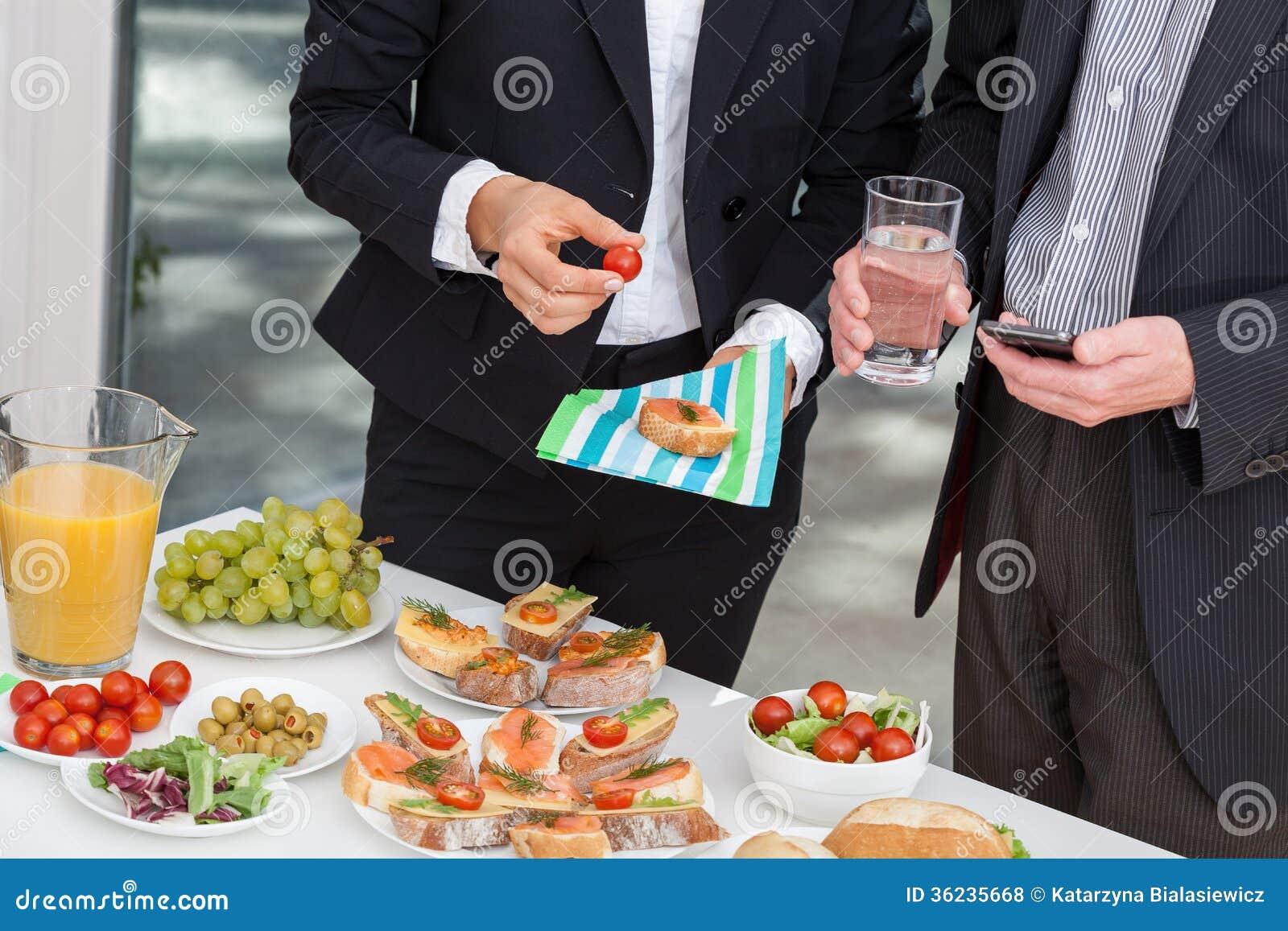 Kierownicy przy biznesowym lunchem