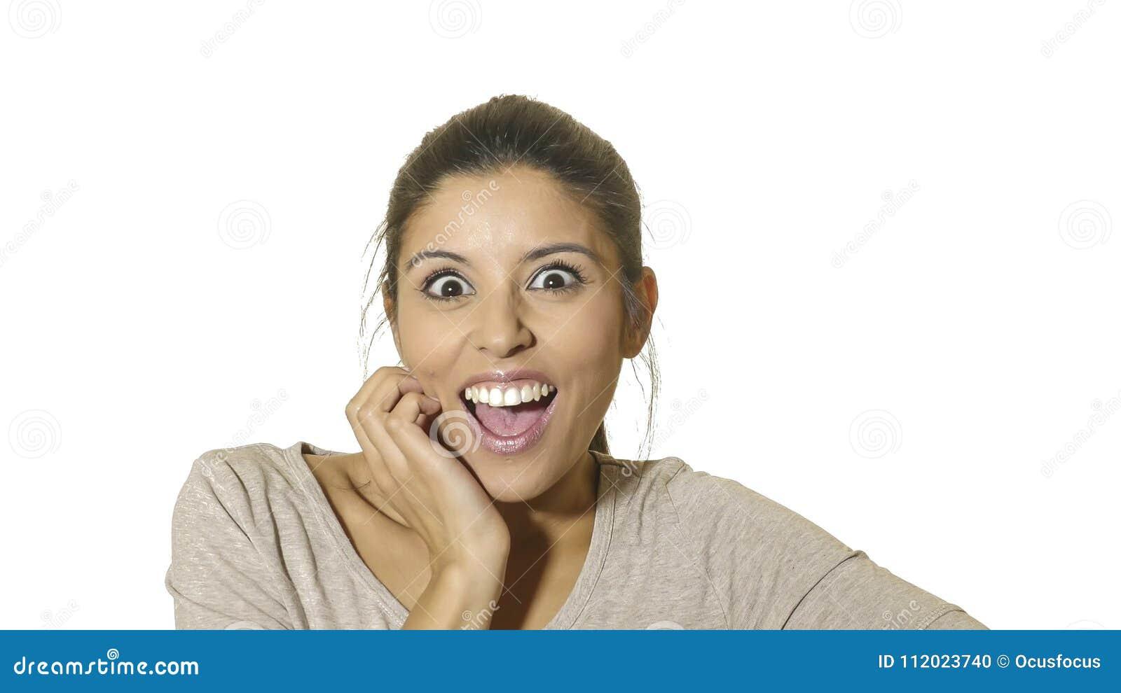 Kierowniczy portret młoda szalona szczęśliwa i z podnieceniem latynoska kobieta 30s w niespodziance i zdumiewa twarzy wyrażenie z