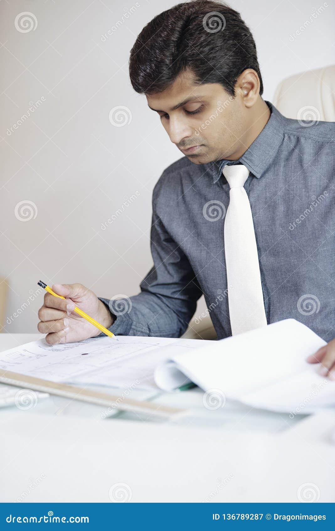 Kierownik sprawdza budowa plan