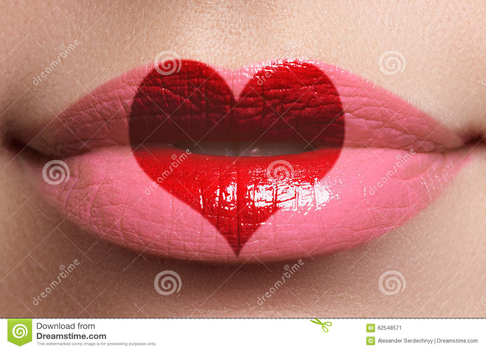 Kierowy buziak na wargach Piękno seksowne pełne wargi z kierowym kształtem malują czerwona róża pięknie się Pomadka i Lipgloss
