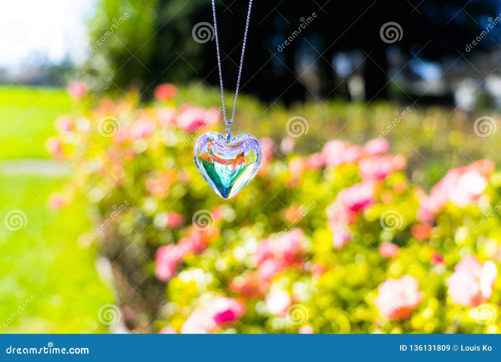 Kierowy krystaliczny szkło refract światło słoneczne ogródu różanego tło - światła słonecznego zegarowego backgroundheart krystal