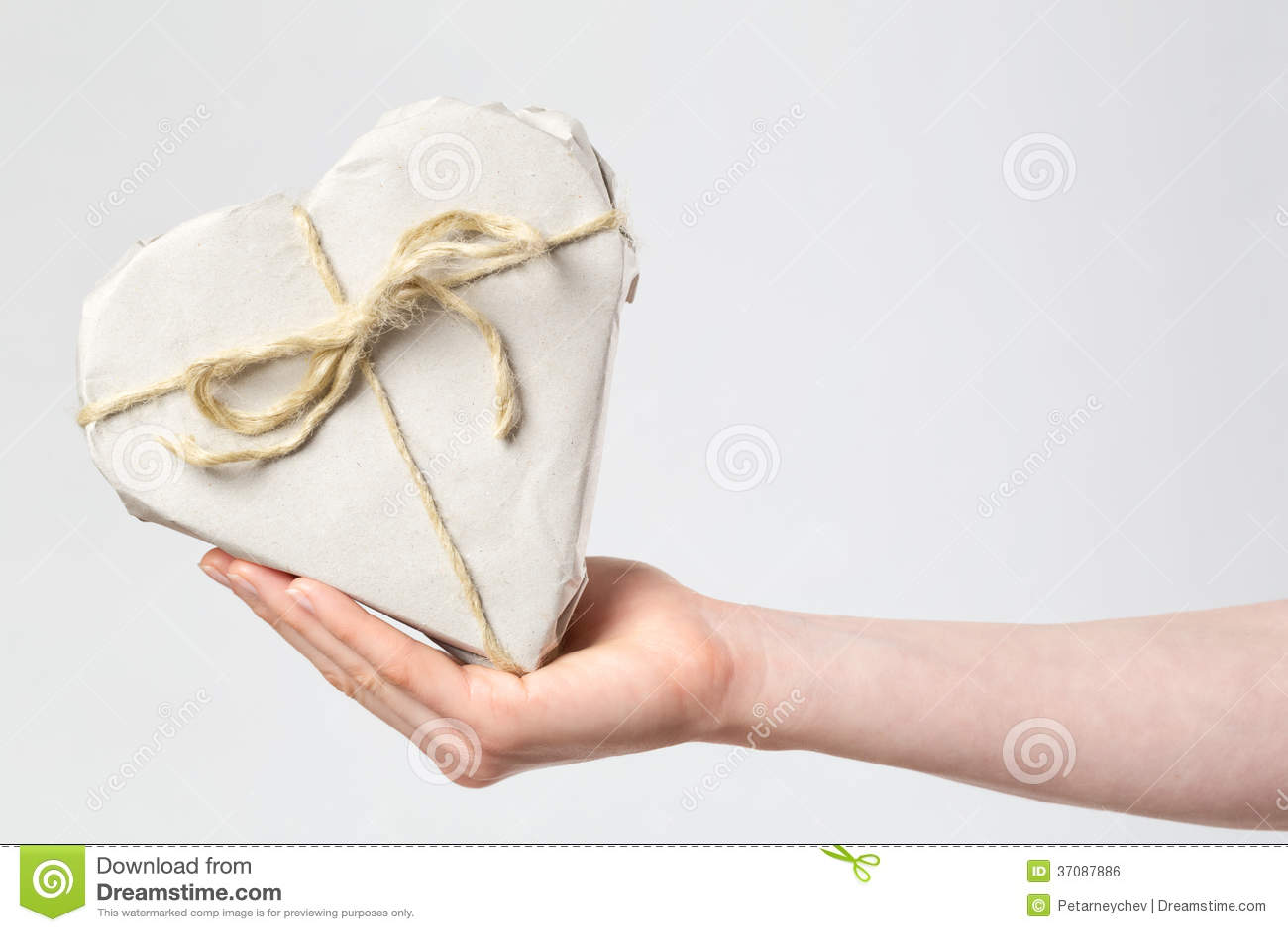 Download Kierowy Prezent W Ręce Kobieta Zdjęcie Stock - Obraz złożonej z papier, valentine: 37087886