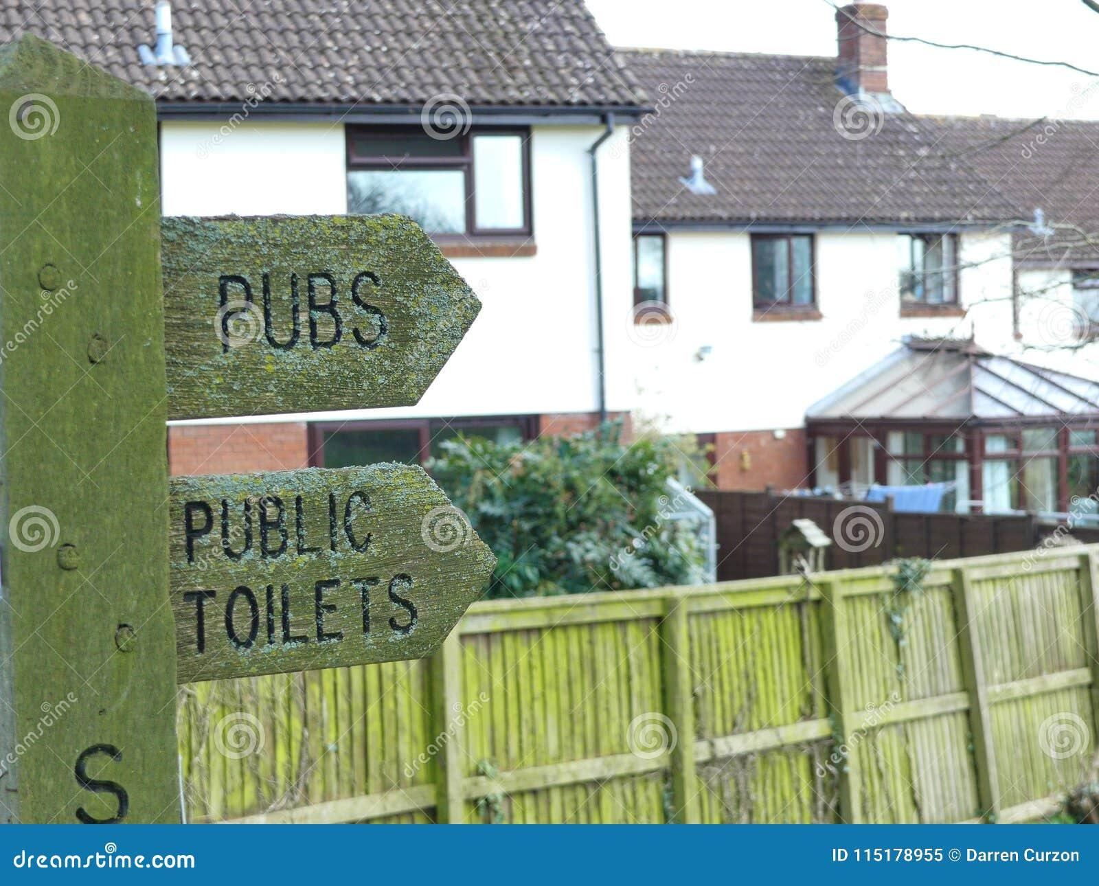Kierunkowskaz w Sampford Peverell, Devon, kierujący w kierunku pubów i toalet