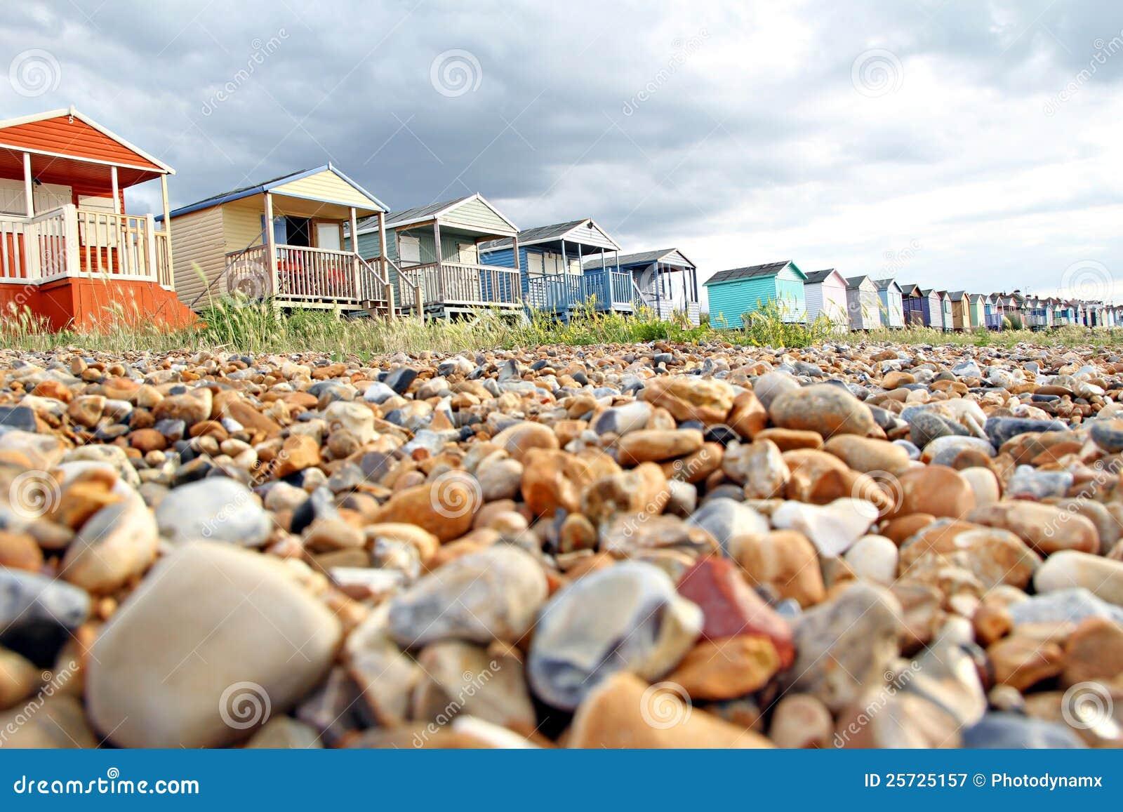 Kiesel und Strandhütten stockbild. Bild von küste, strände - 25725157