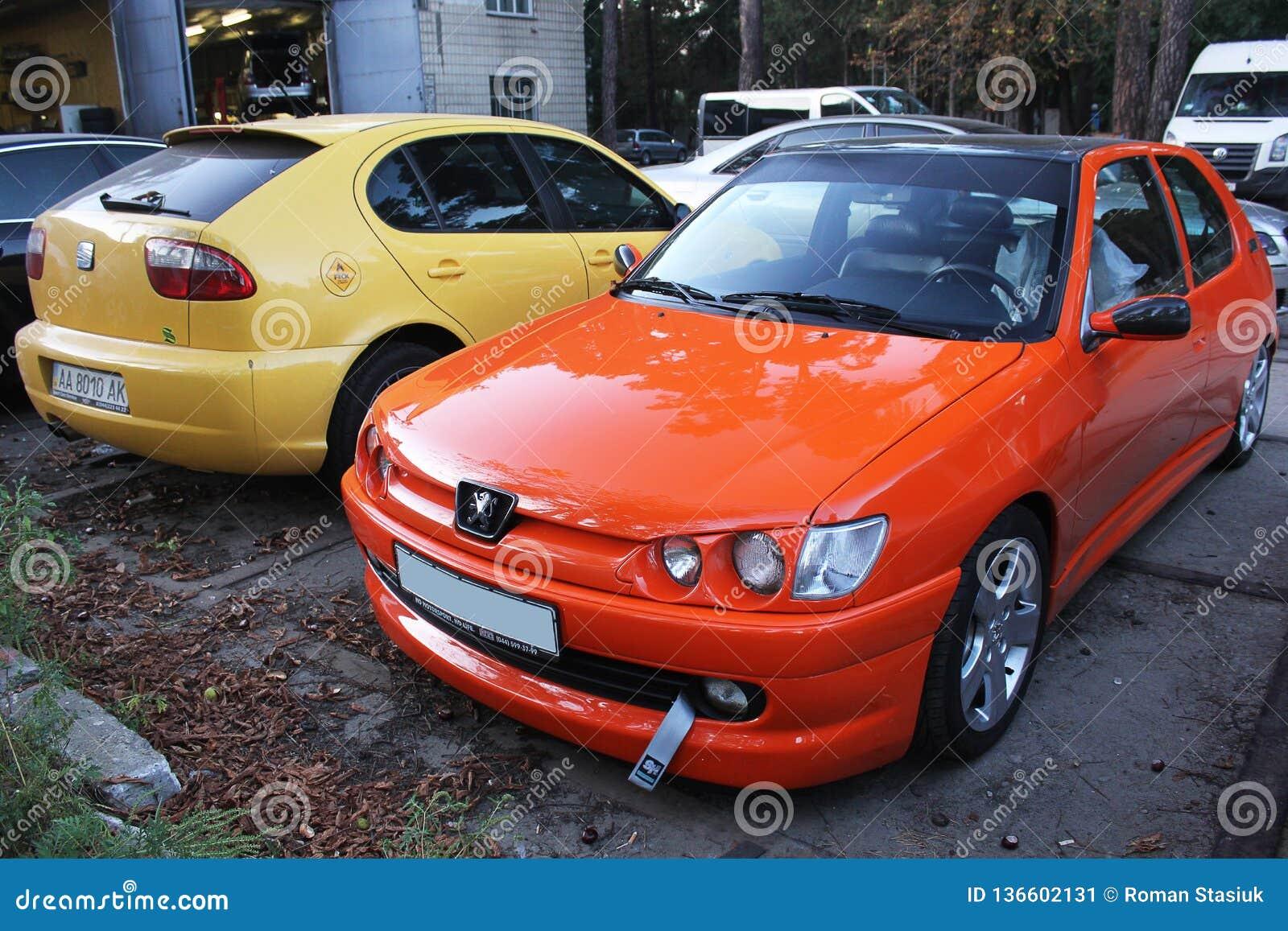 Kiev 3-ье октября 2013 Комбинированные автомобили Пежо и место против других автомобилей
