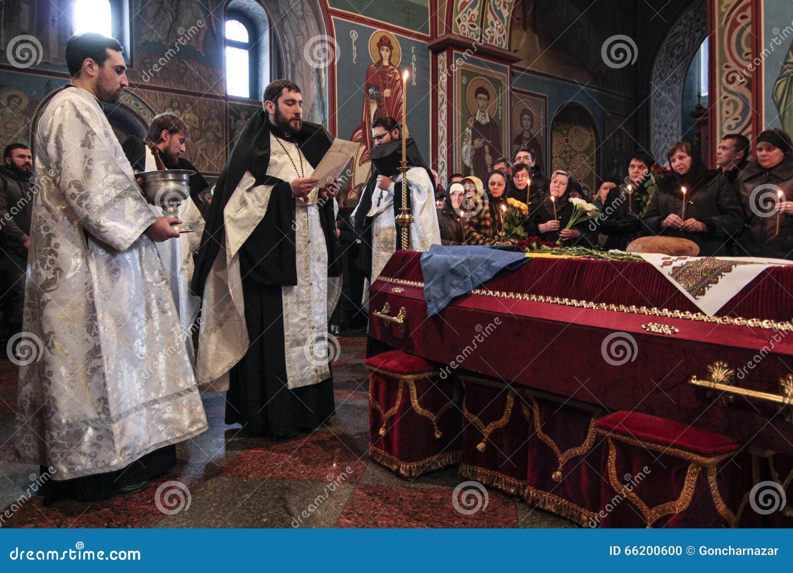 KIEV, de OEKRAÏNE - April 3, 2015: Begrafenisceremonie voor Oekraïense militair Igor Branovitskiy die in de oostelijke Oekraïne w