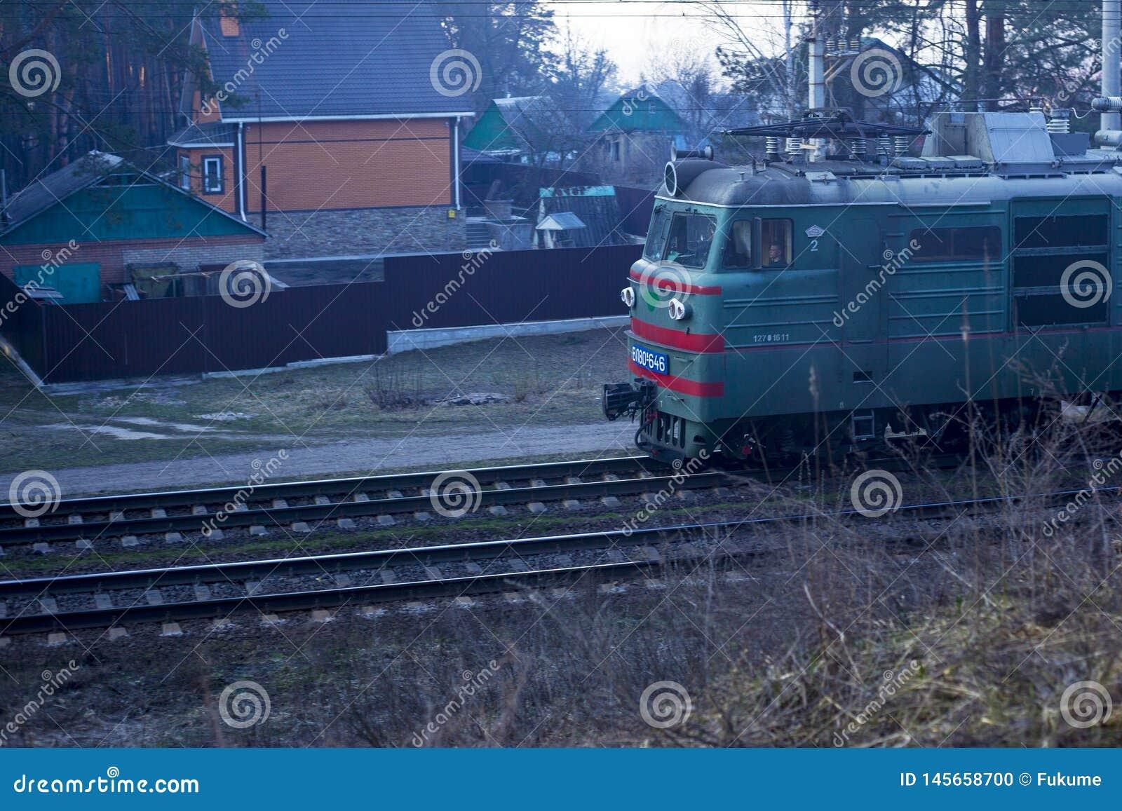 Kiev De Oekraïne 03 16 2019 drijvend langs de forestrailway goederentrein met wagens