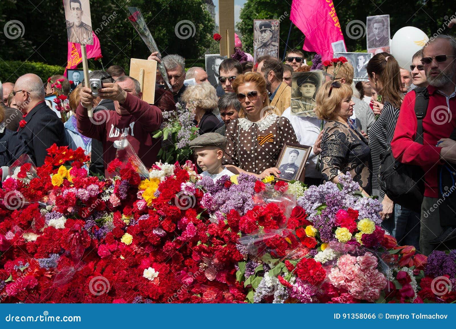 Kiev, de Oekraïne - Mei 09, 2016: Deelnemers van het actie Onsterfelijke regiment met portretten van dode verwanten - militairen
