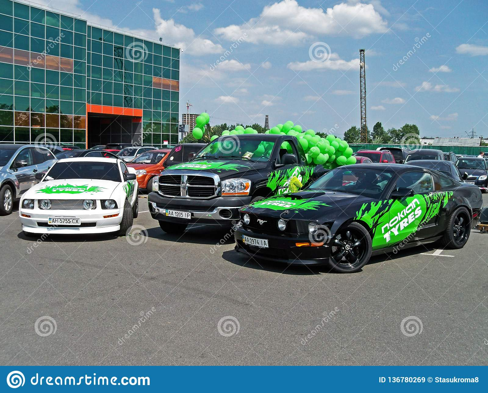 Kiev - de Oekraïne, 22 Mei 2011, Twee Ford Mustang en SUV Dodge Ram