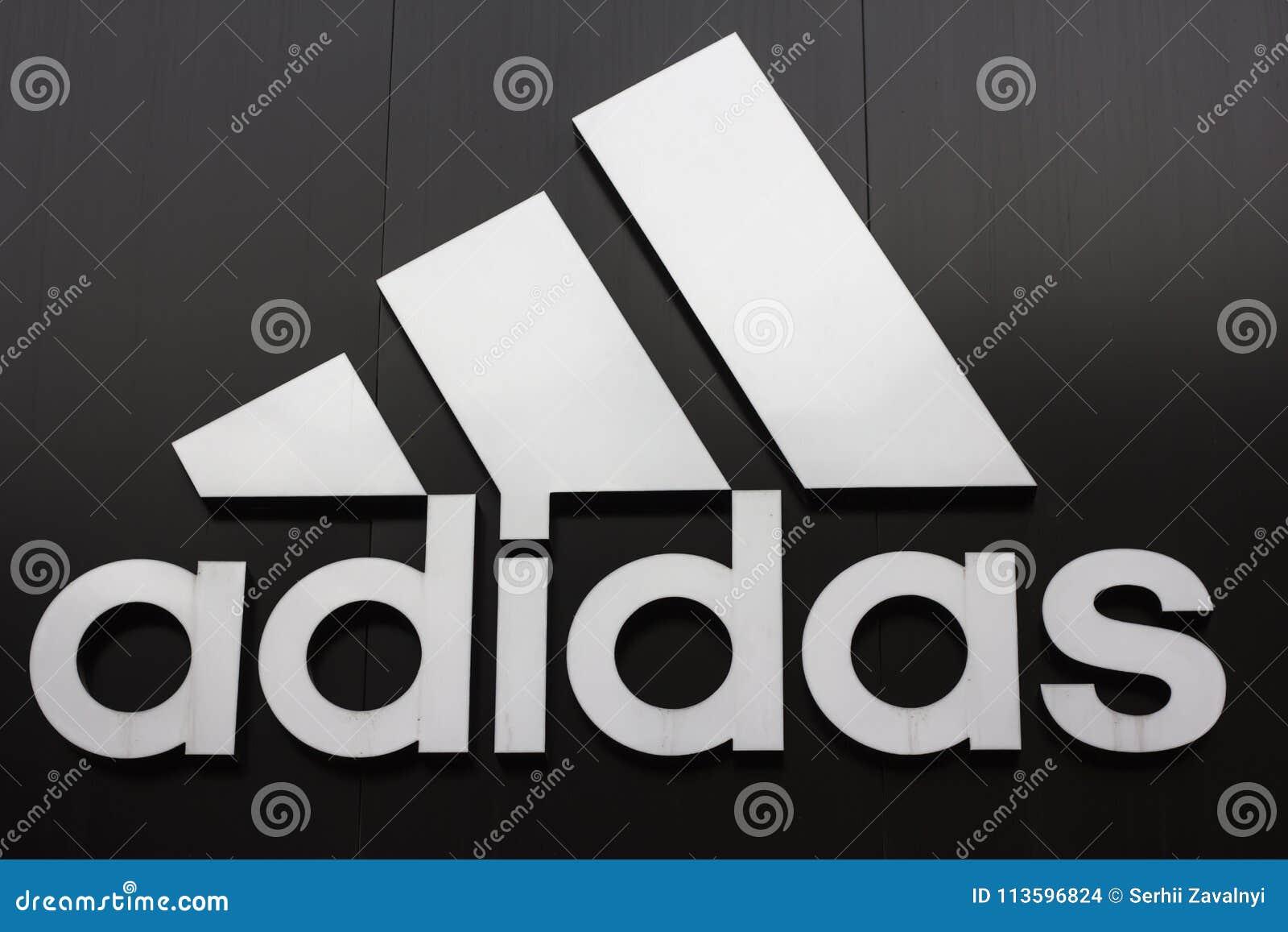 Kiev, de Oekraïne 04 01 2018 multinationaal bedrijf dat ontwerpen en de schoenen van vervaardigingsporten, kleding en toebehoren