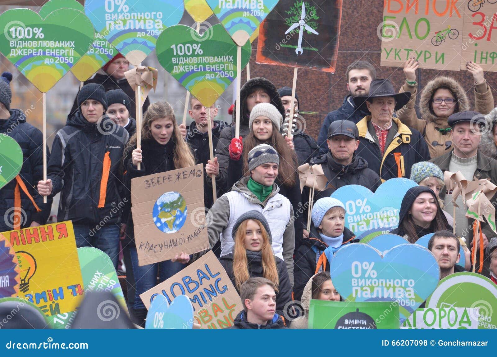 KIEV, de OEKRAÏNE - 29 Nov., 2015: Oekraïeners spelen een rol in het Oekraïense Globale Klimaat Maart