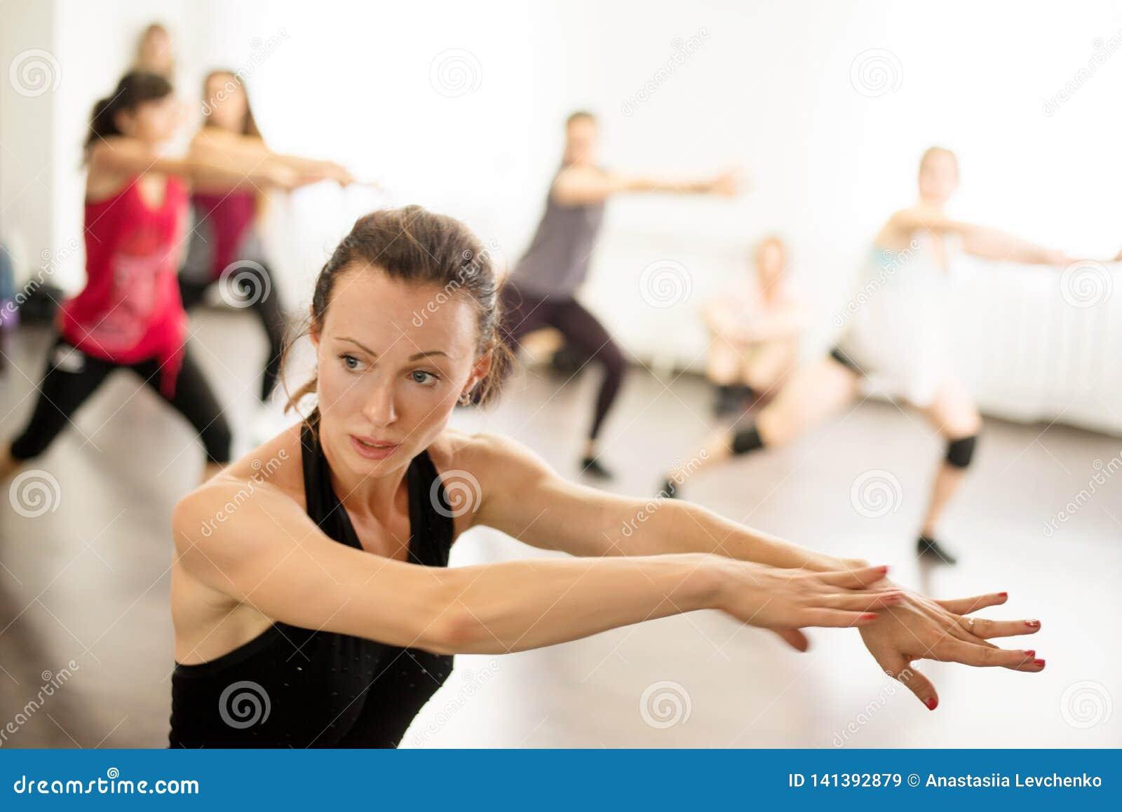 Kiev De Oekraïne 06 20 2018 Professionele danser jonge meisjes in een dansles in een moderne dansschool