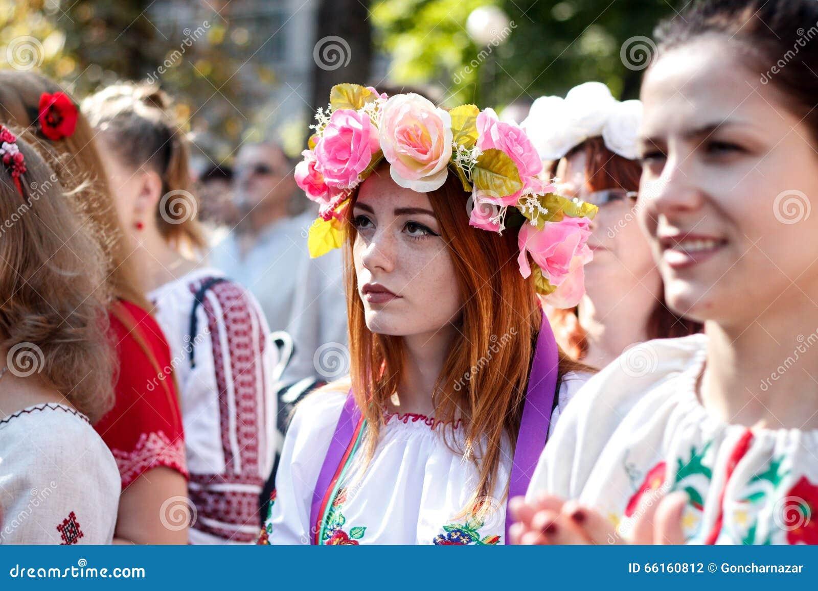 KIEV, de OEKRAÏNE - September 26, 2015: Maart in vyshyvankas in Kiev van de binnenstad