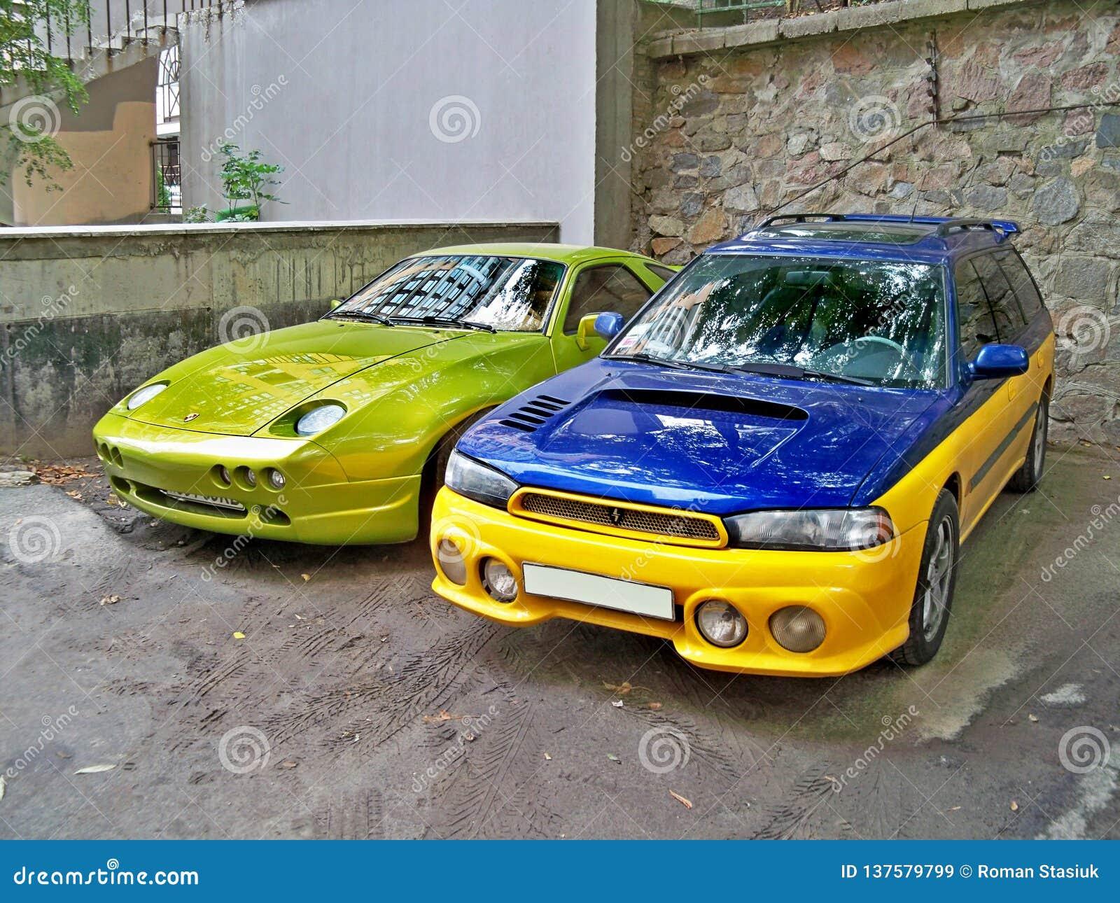 Kiev, o 14 de setembro 2010; Ave de rapina de Porsche 928 no verde luxúria e na WTI de Subaru