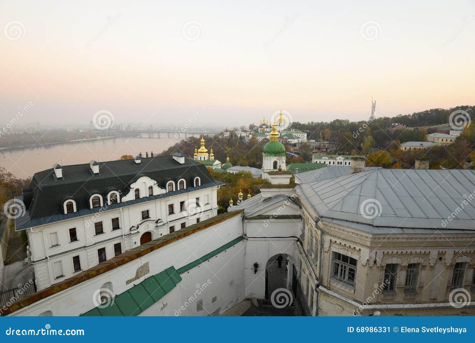 Kiev-Pechersk antigua Lavra y río de igualación hermoso de Dnieper en una neblina rosada