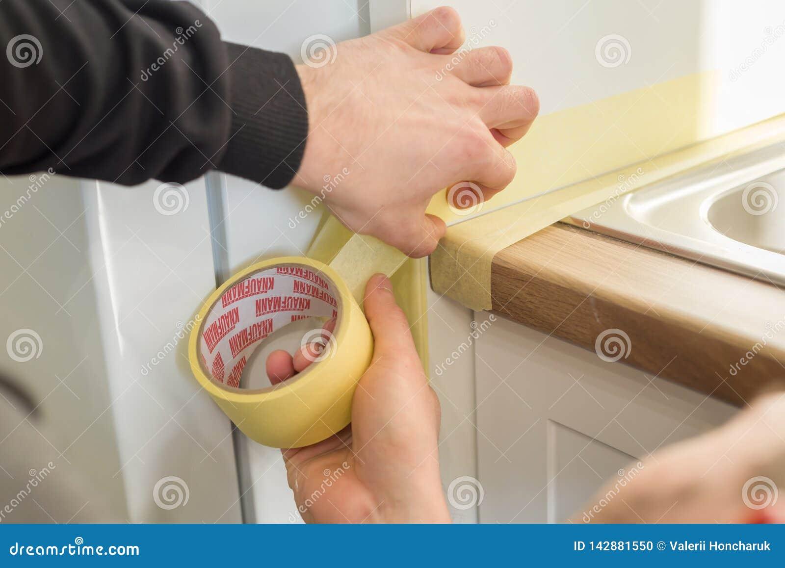 Plan De Travail 15 kiev, ua, 15-03-2019 le travailleur avec la seringue de