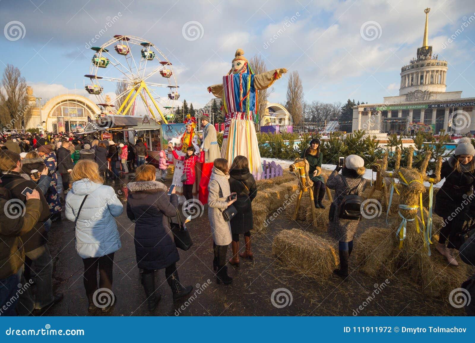 Kiev, Ucrânia - 17 de fevereiro de 2018: Cidadãos e turistas na celebração de Maslenitsa