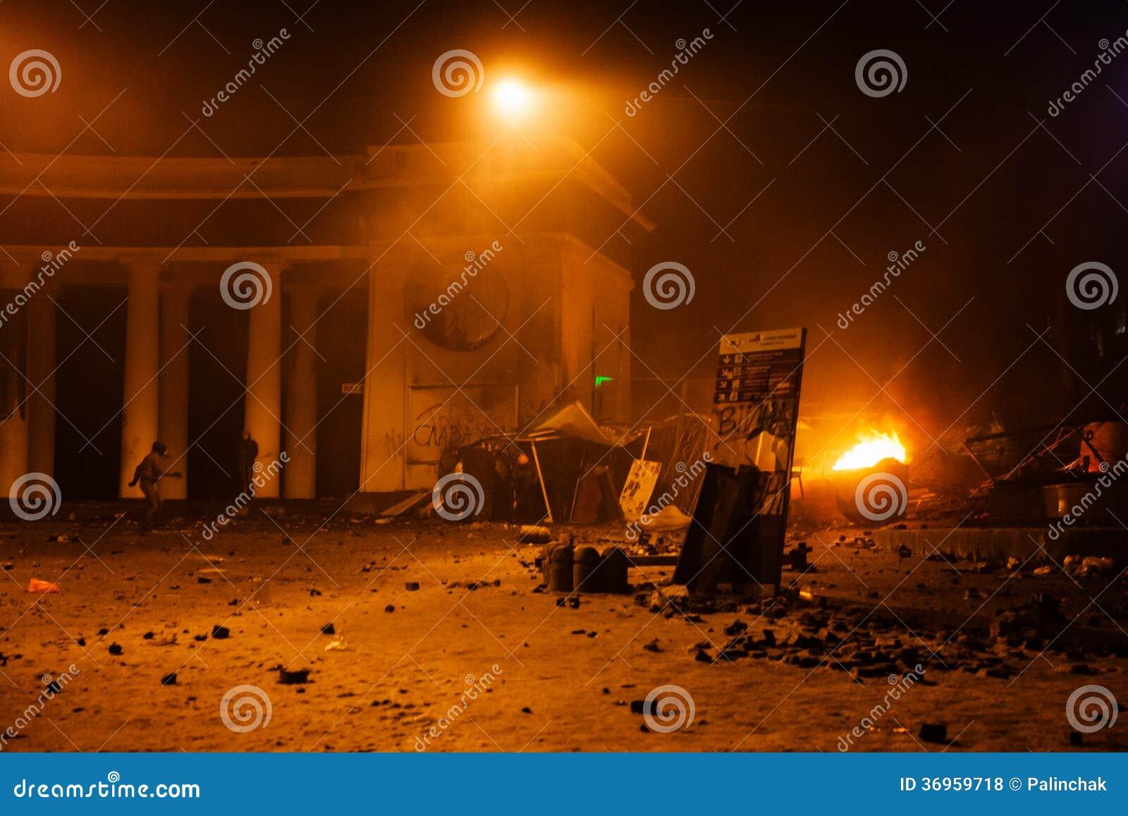 KIEV, UCRÂNIA - 20 de janeiro de 2014: Confrontação e anti violentos