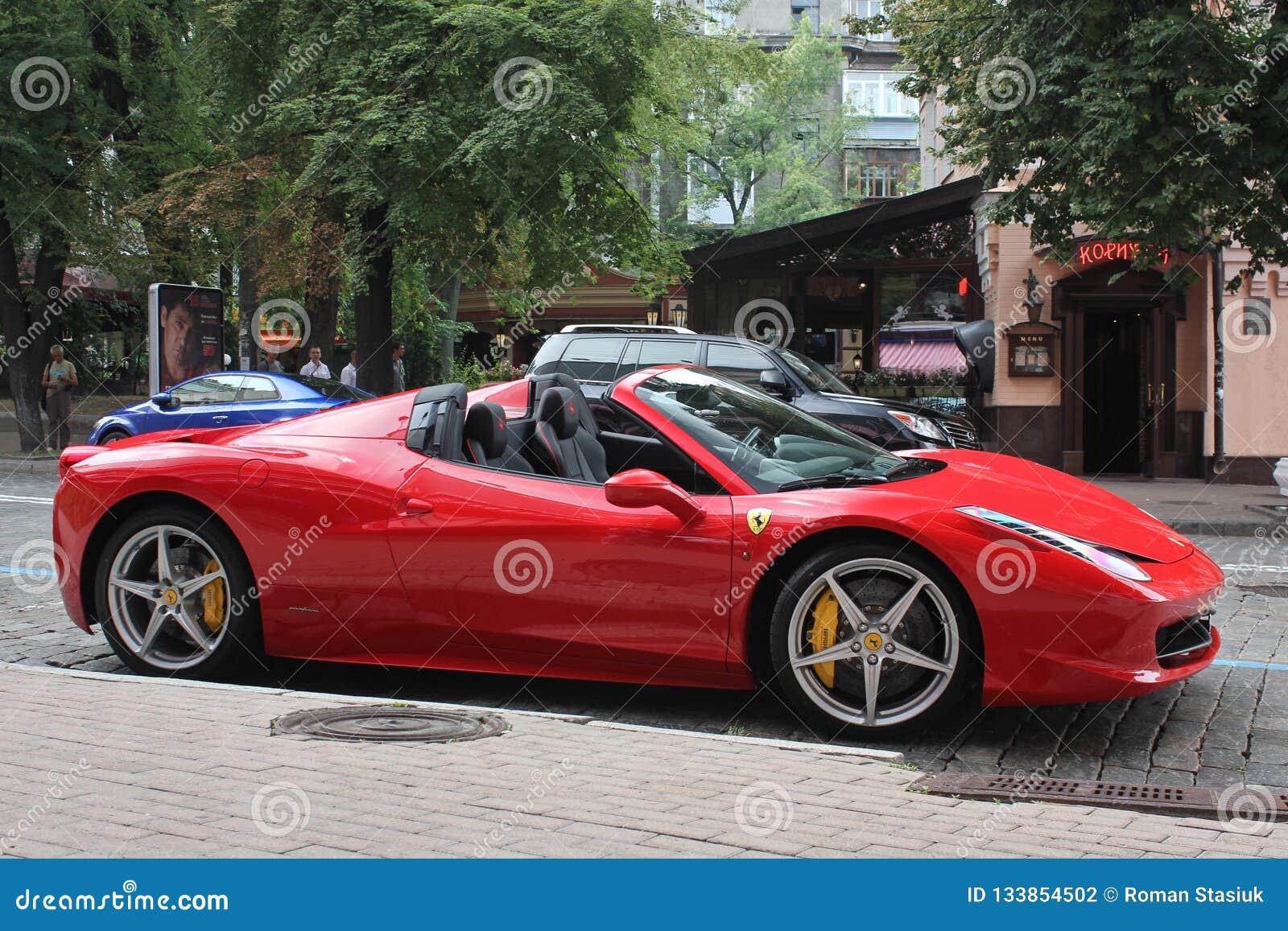 Kiev, Ucrânia 10 de junho de 2013 Ferrari 458 Italia na cidade Ferrari vermelho