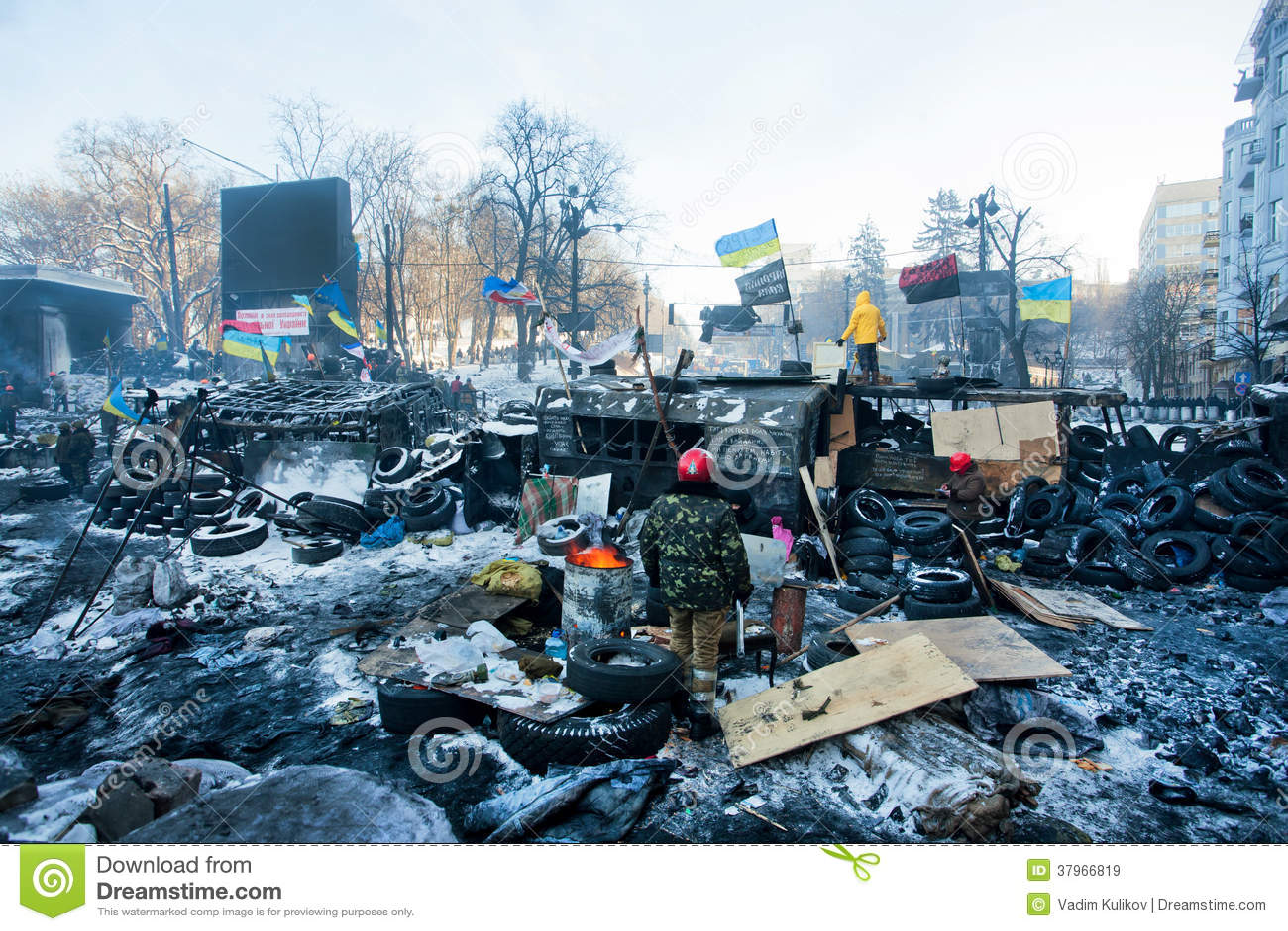 KIEV, UCRÂNIA: O grupo de protetores das barricadas revolucionárias que estão perto das forças especiais na neve arruinou a rua