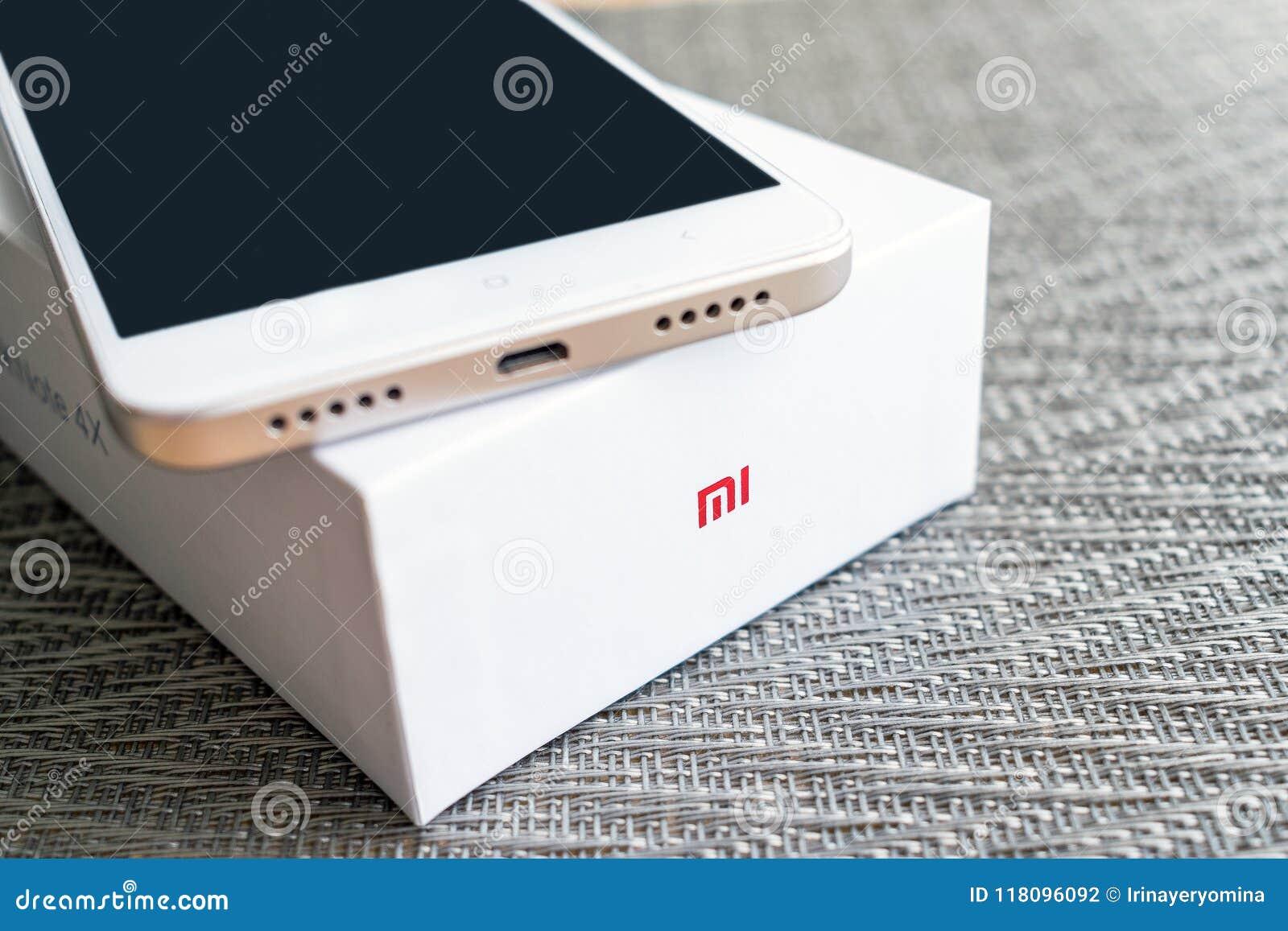 KIEV, UCRÂNIA - 28 DE MAIO DE 2018: Manutenção programada branca do ouro da nota 4x de Xiaomi Redmi