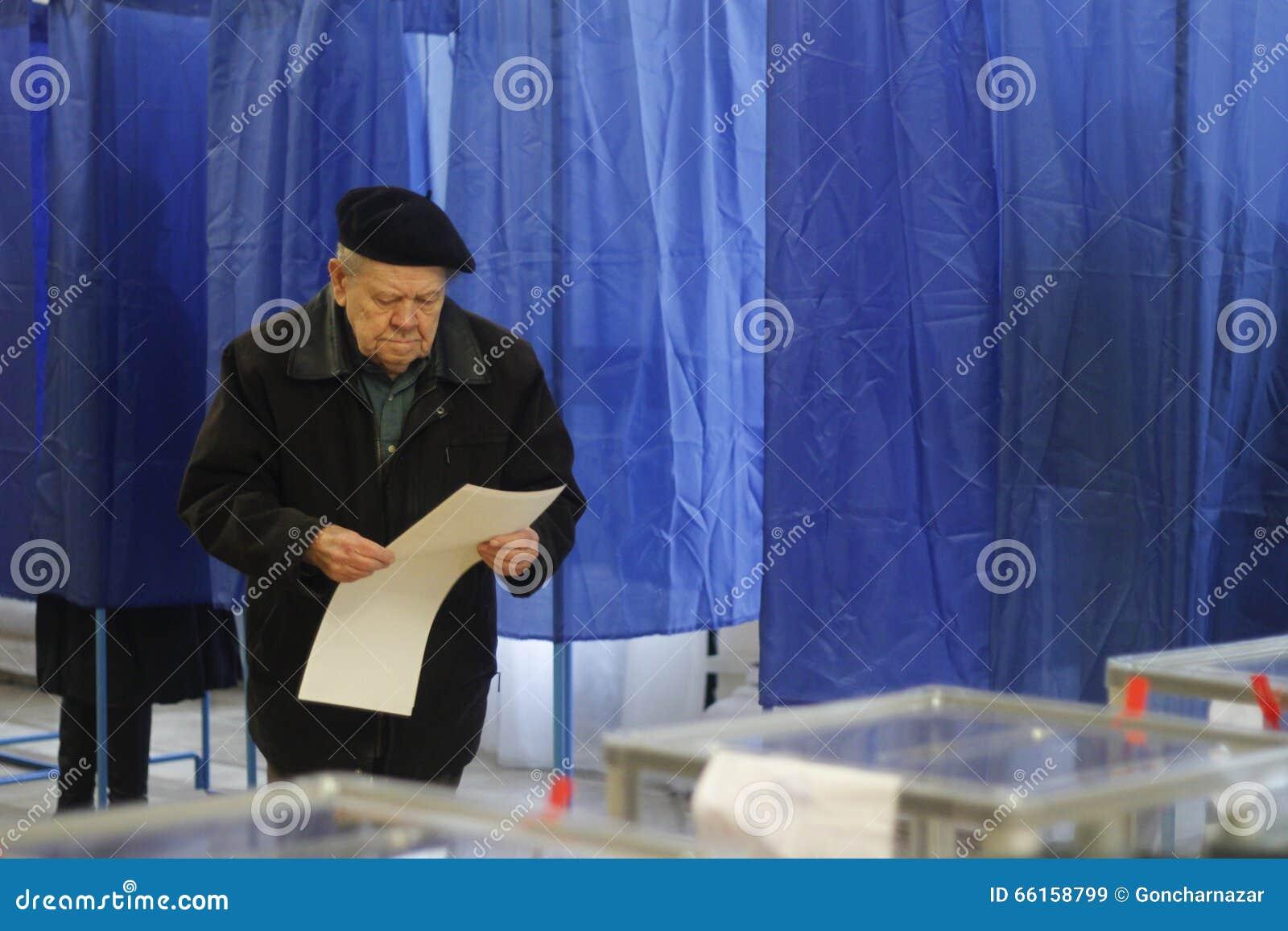 KIEV, UCRAINA - 25 ottobre 2015: Elezioni locali regolarmente prevedute in Ucraina