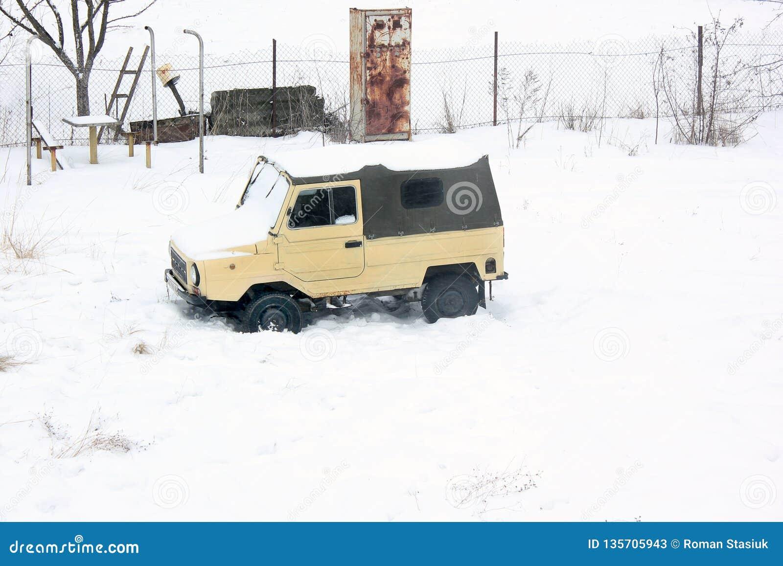 Kiev, Ucrania; 10 de abril de 2014 Coche viejo Luaz 969 en la nieve