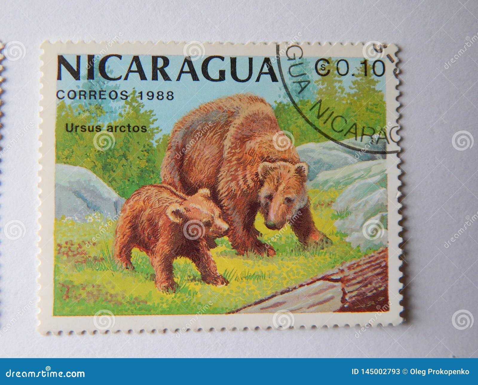 KIEV, UCRANIA - 16 DE ABRIL DE 2019: Colección de sellos con los animales