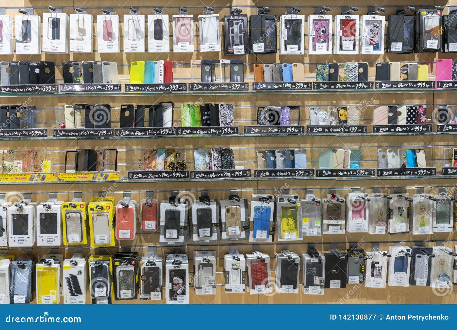 Kiev, Ucrania 15 de enero de 2019 iPhone y cajas coloridos del teléfono de Samsung en venta en tiendas de los teléfonos móviles D