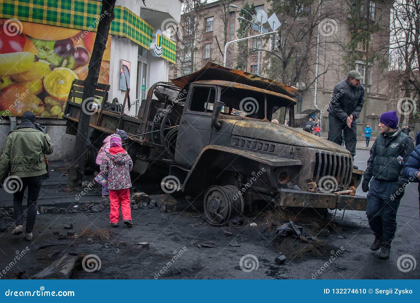 Kiev Ucrania 23 de febrero de 2014 Coches quemados en las calles de t