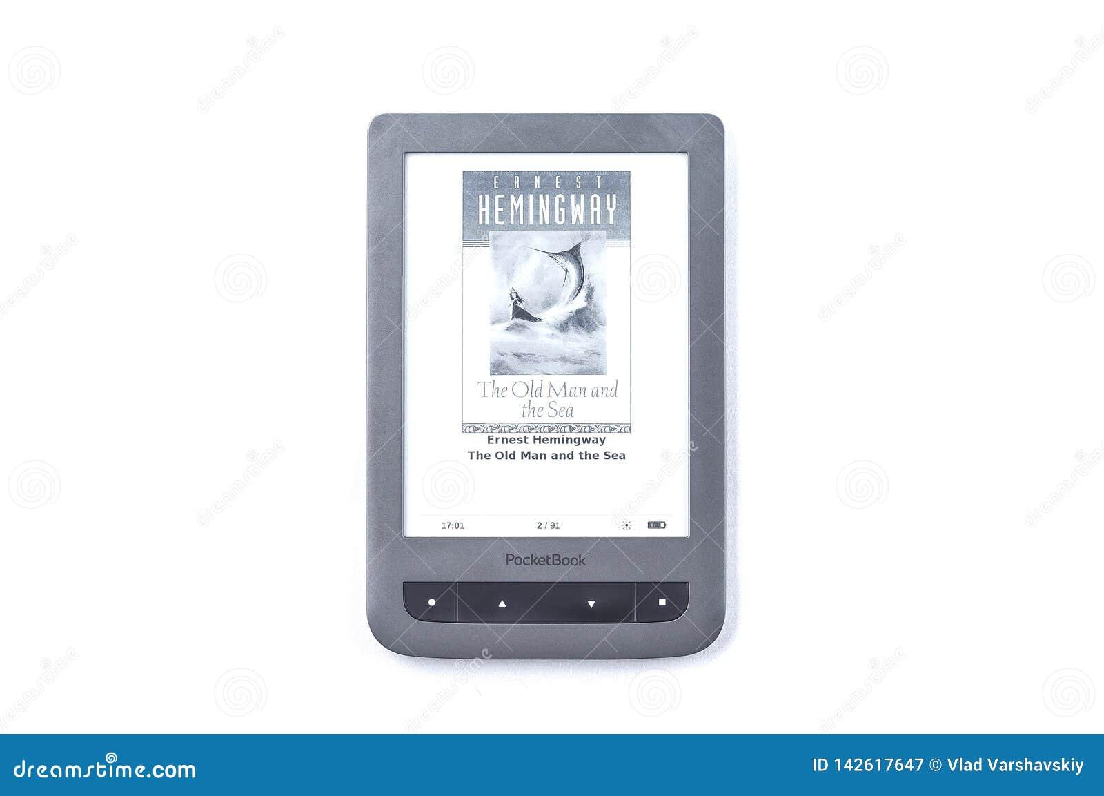 Kiev, Ucrania - 27 de febrero de 2019: hombre del libro de Ernest Hemingway viejo y el mar en un eBook gris en un aislante blanco