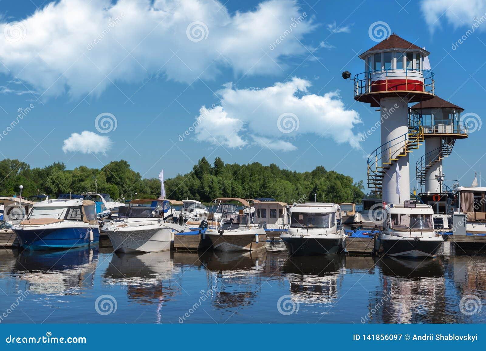 Kiev, Ucrania - 1 de junio de 2018: Yates atracados en puerto de la ciudad aparcamiento del río de los barcos de motor modernos