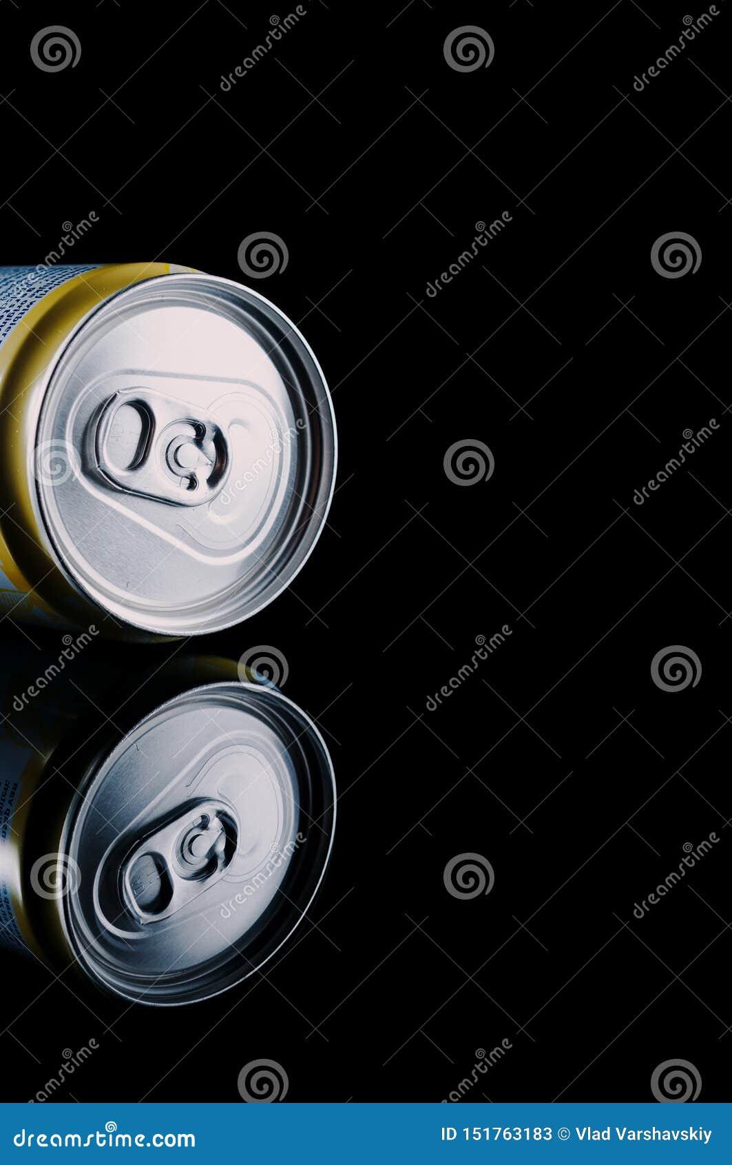 Kiev, Ucrania - 16 de marzo de 2019: La bebida sin alcohol hoegaarden la fruta cítrica en una lata de cerveza con la reflexión en
