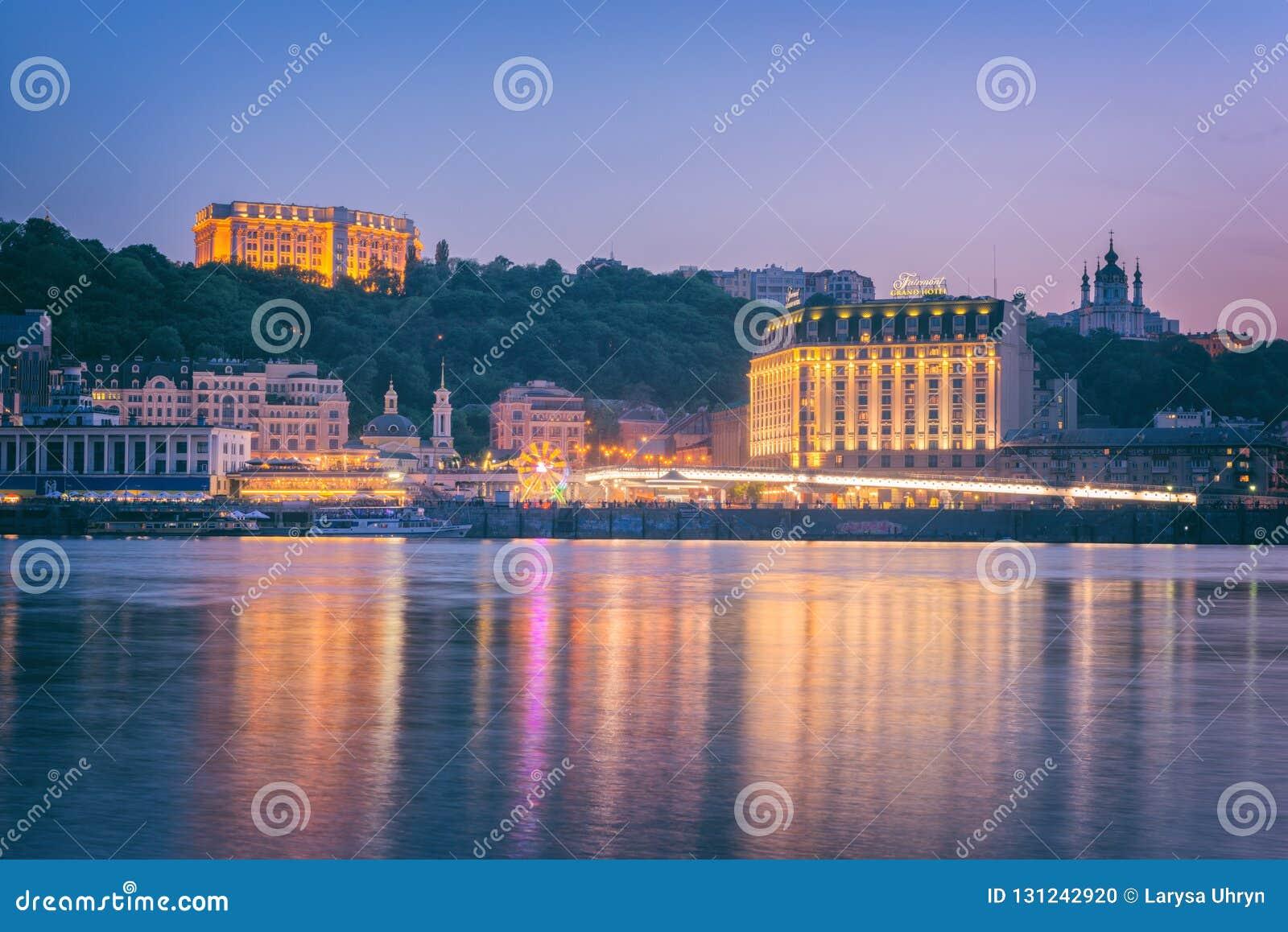 Kiev, Ucrania - 5 de mayo de 2018: Vista nocturna a la vecindad histórica de Podil en Kiev, paisaje urbano hermoso con las luces