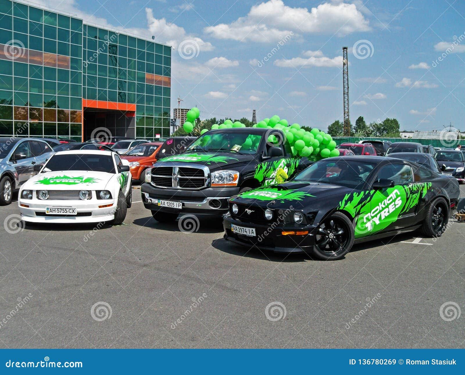 Kiev - Ucrania, el 22 de mayo de 2011, dos Ford Mustang y SUV Dodge Ram