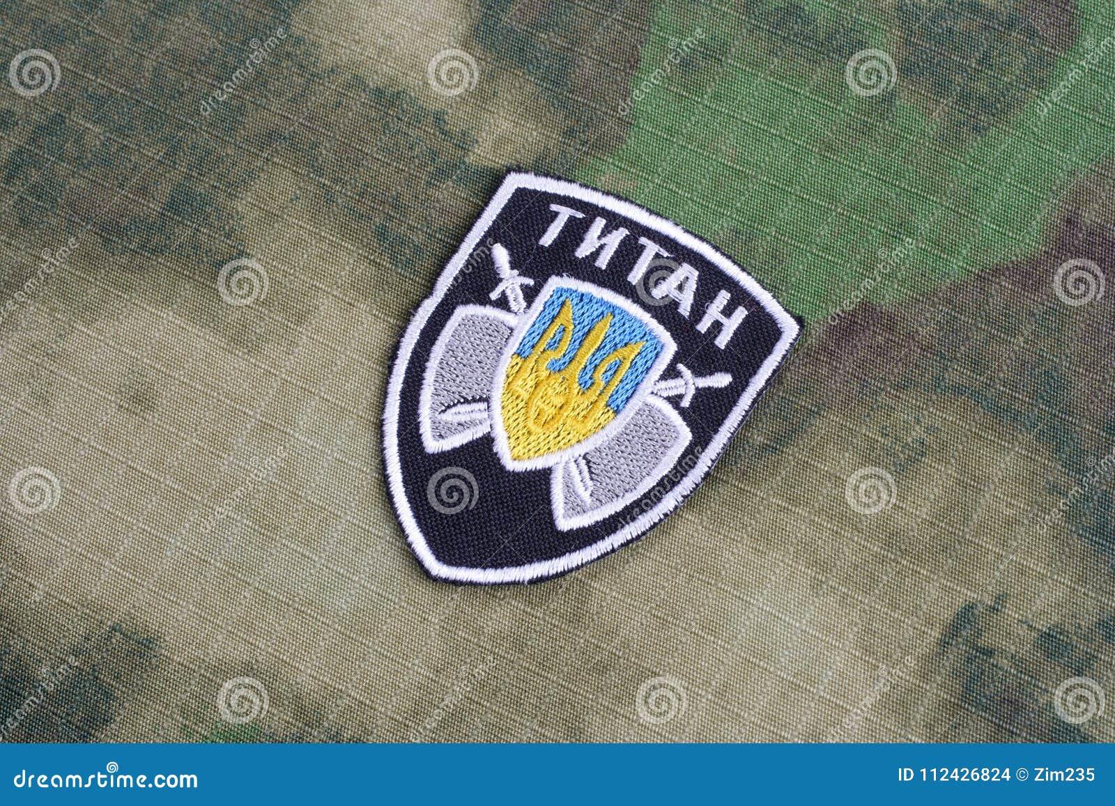 KIEV, UCRANIA - julio, 16, 2015 El ministerio de la insignia del uniforme del titán de los asuntos internos (Ucrania)
