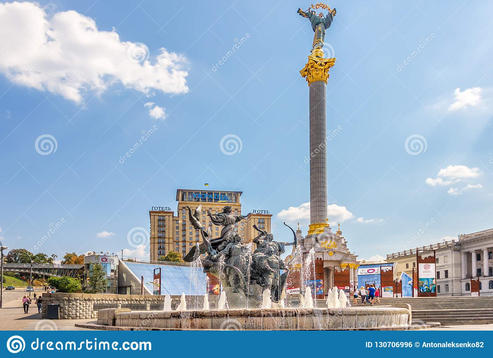 Kiev Ukraina - Augusti 15, 2018: Självständighetmonument i Maidan i Kiev, minnes- utställning till Euromaidan