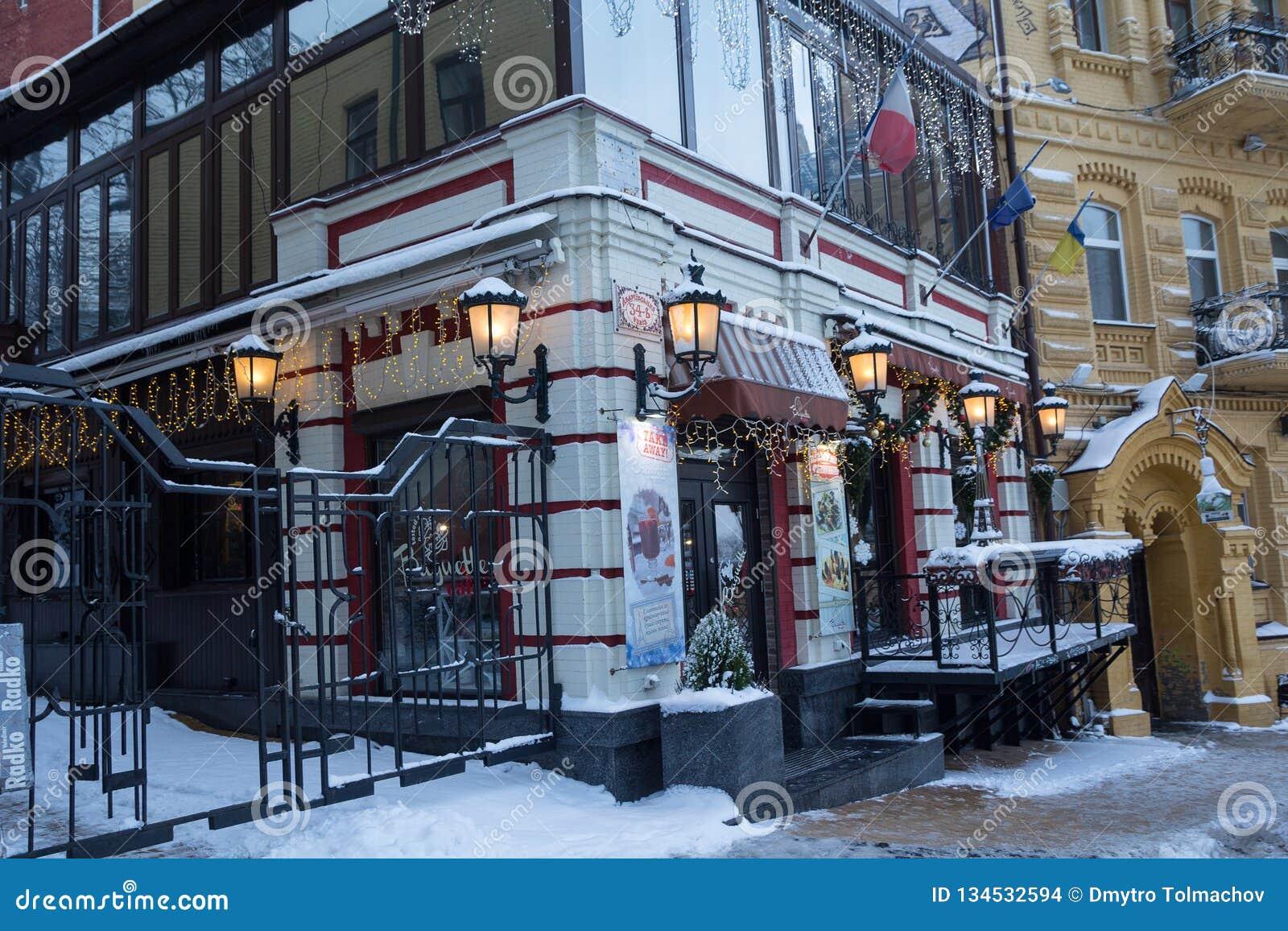 Kiev Ukraina - Januari 19, 2018: Vinterafton på den Andreevsky nedstigningsgatan