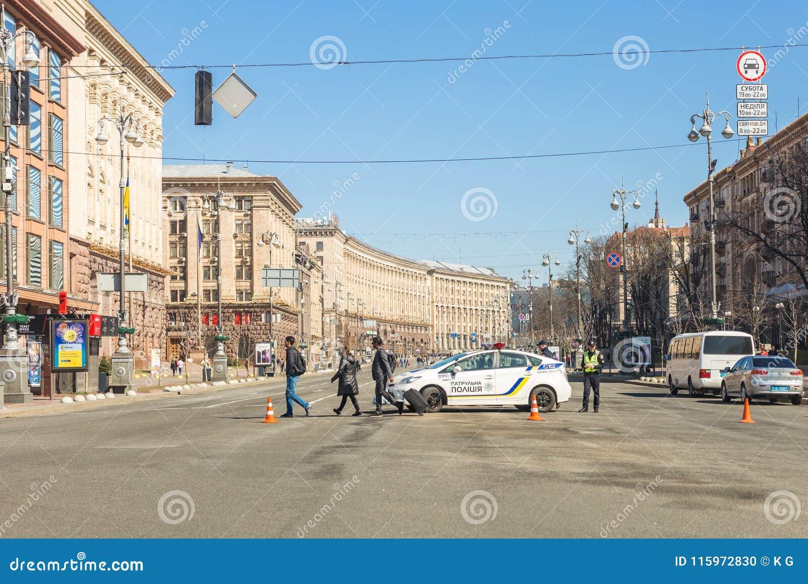 Kiev Ukraina - Maj 06, 2017: Den centrala gatan av ukrainska huvudKyiv Khreschatyk stängde sig för trafik med polisbilen och