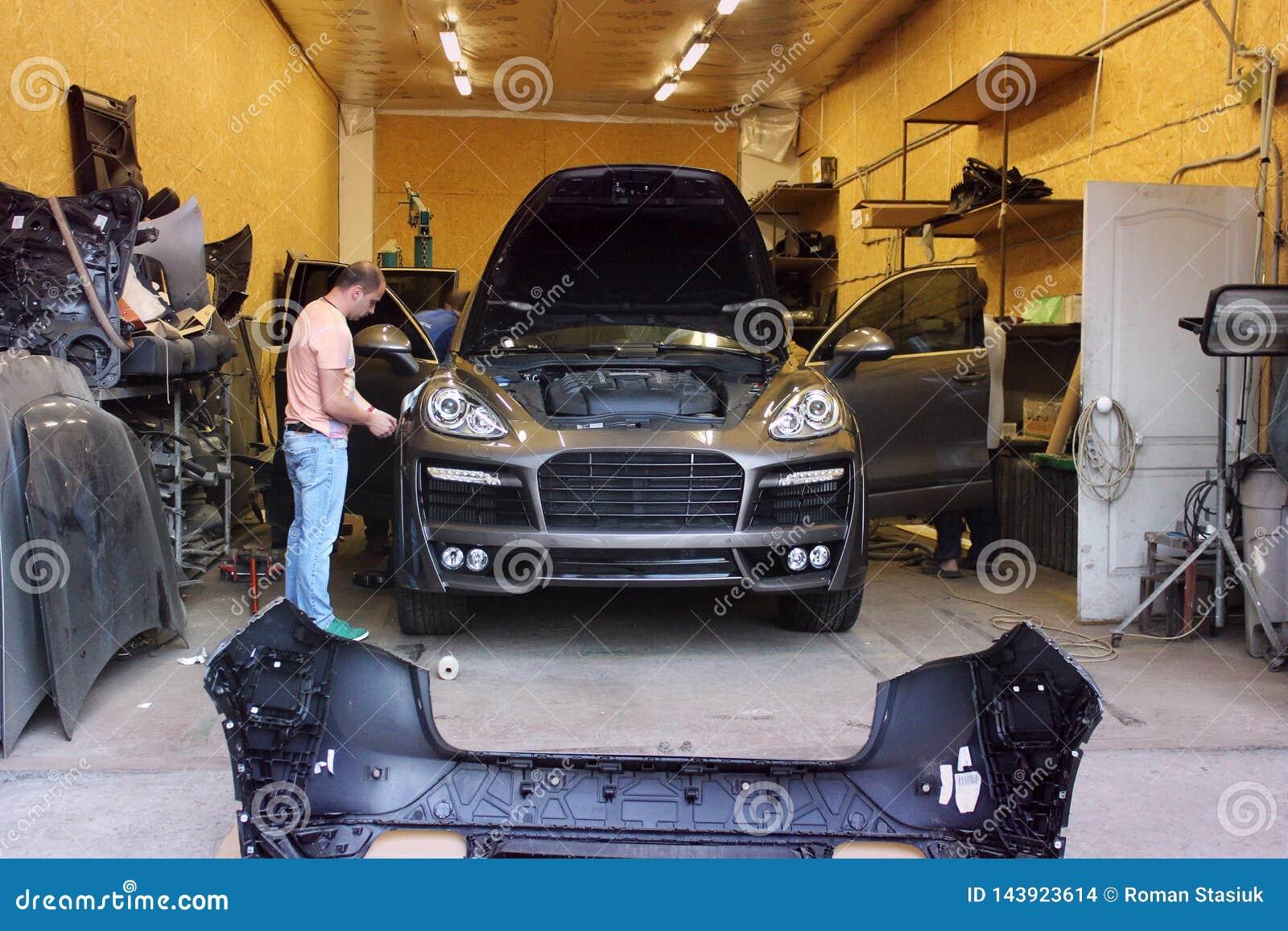 Kiev Ukraina - September 2, 2016: Bilservice Förlage i garagereparationen Porsche Cayenne