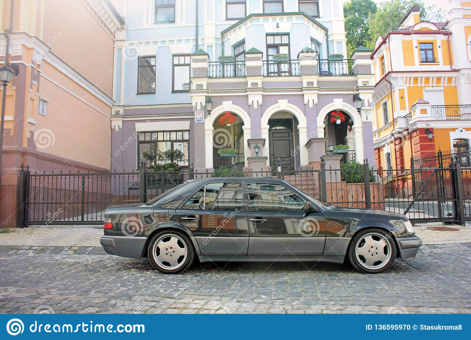 Kiev Ukraina September 6, 2013 Mercedes E500 W124 varg på bakgrunden av härliga gamla hus