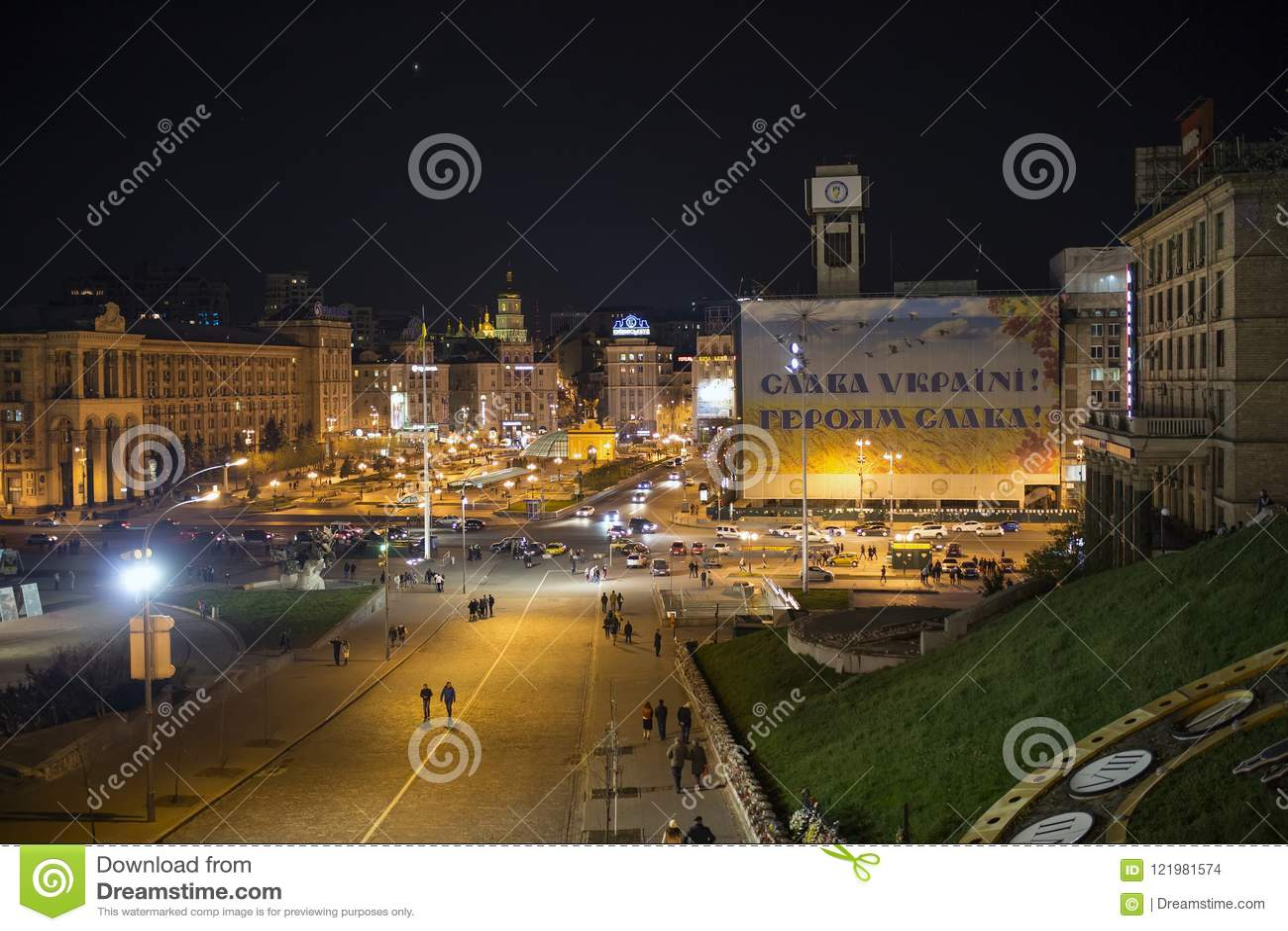 Kiev ukraine 17 04 2015 Centrera gator av Kiev i nattbelysning i sommar