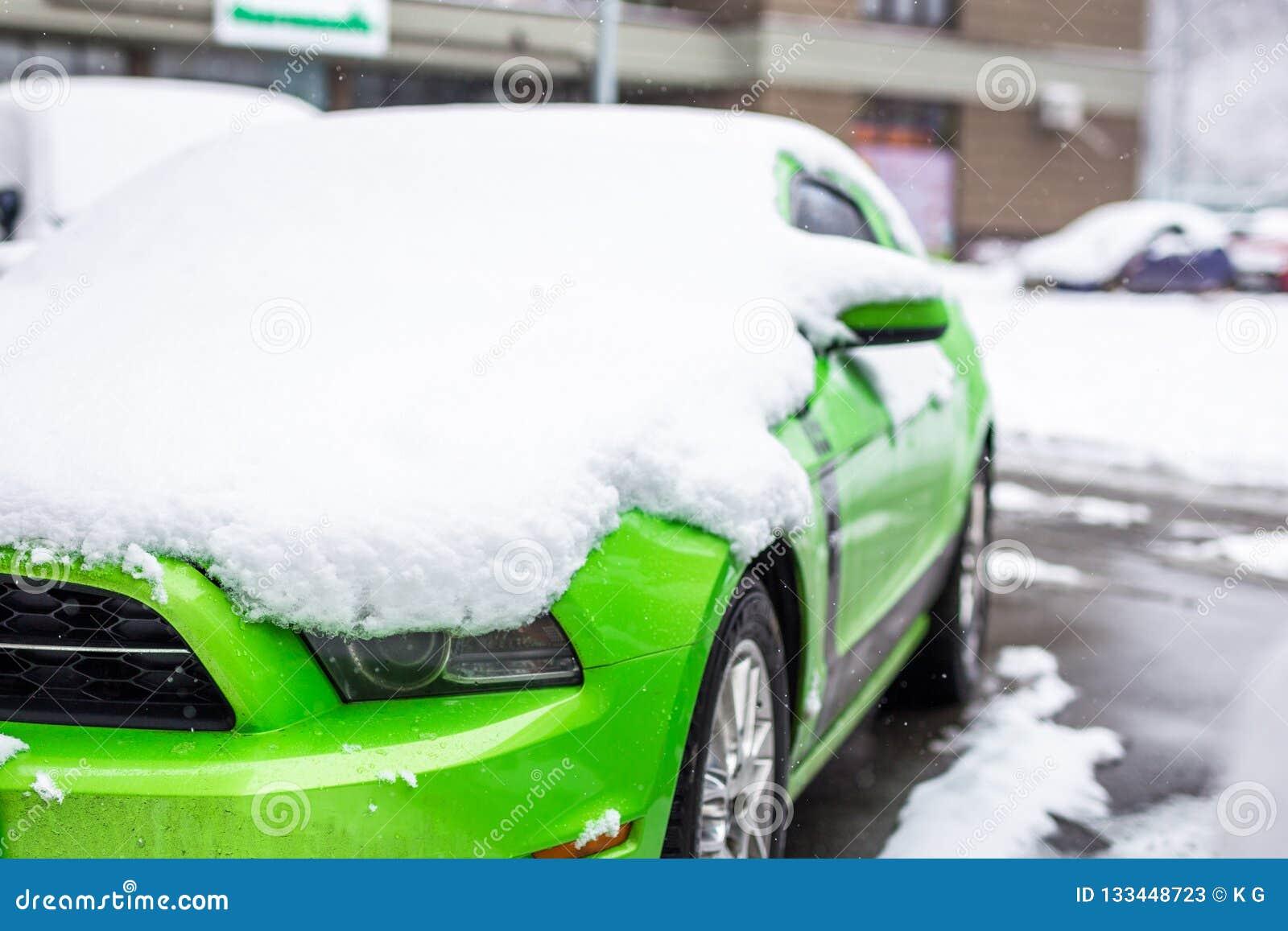 Kiev, Ukraine - 9 février 2018 : Chutes de neige de dessous extérieures garées par édition puissante de Ford Mustang Boss au jour