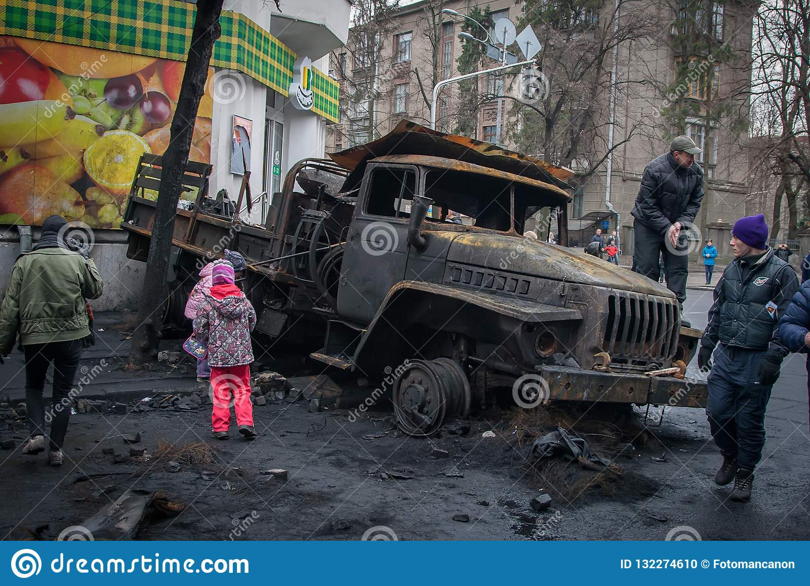 Kiev Ukraine 23 février 2014 Voitures brûlées sur les rues de t