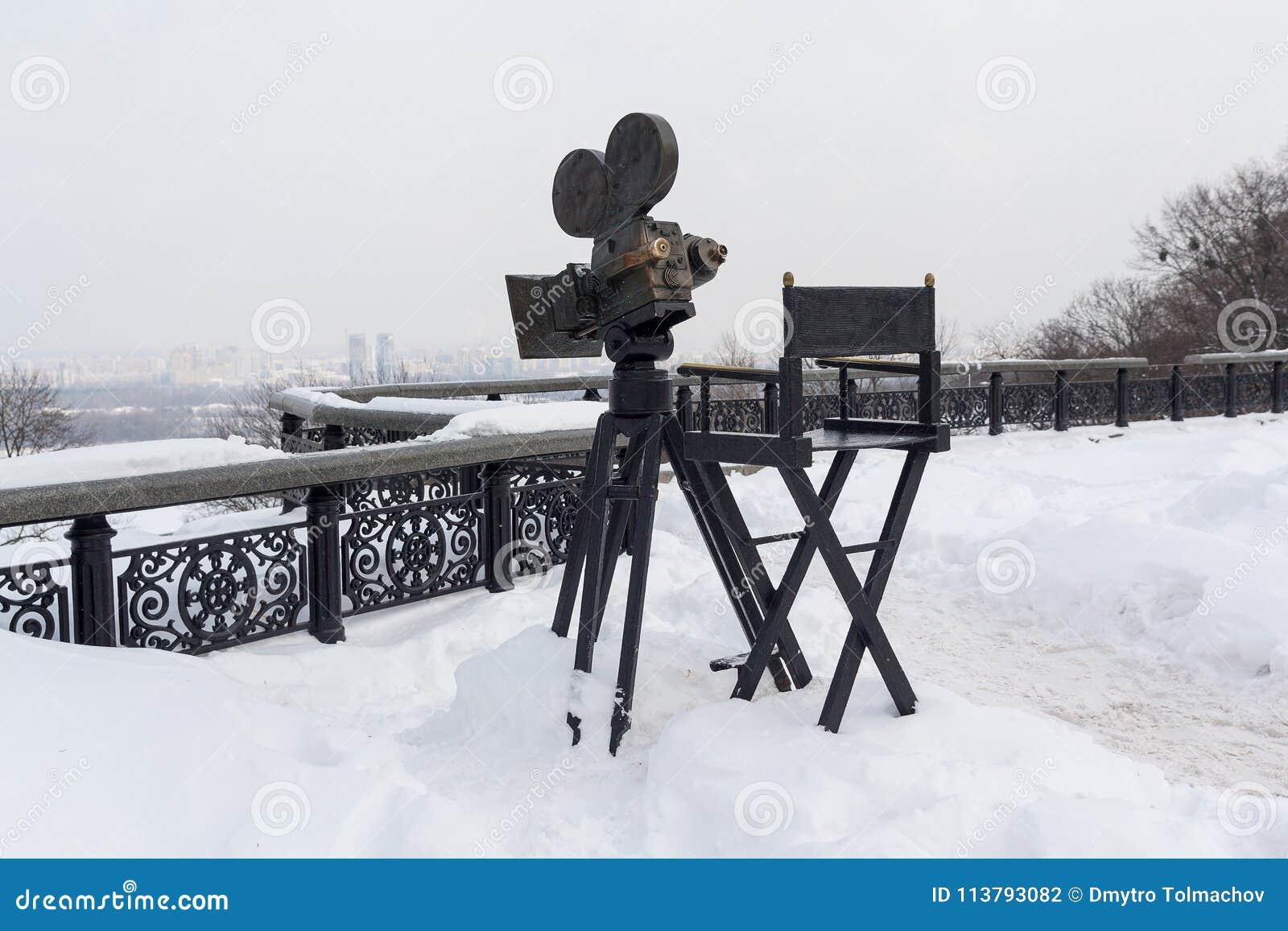 Kiev, Ukraine - 4 mars 2018 : Appareil-photo de monument et chaise d appareil-photo