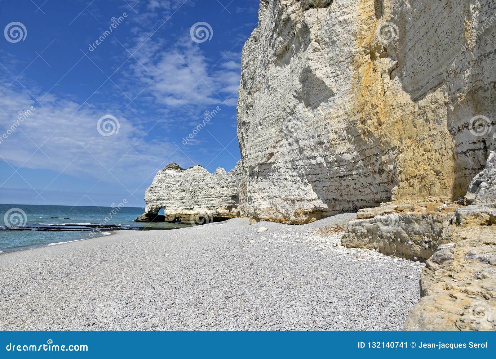 Kiezelsteenstrand en Witte Klippen van Etretat, Normandië, Frankrijk