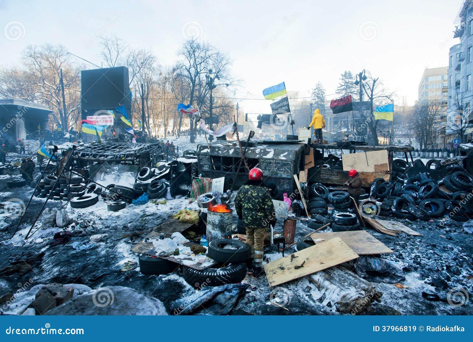 KIJÓW, UKRAINA: Grupa strażnicy wywrotowiec barykaduje pozycję blisko jednostek specjalnych na śnieg rujnującej ulicie