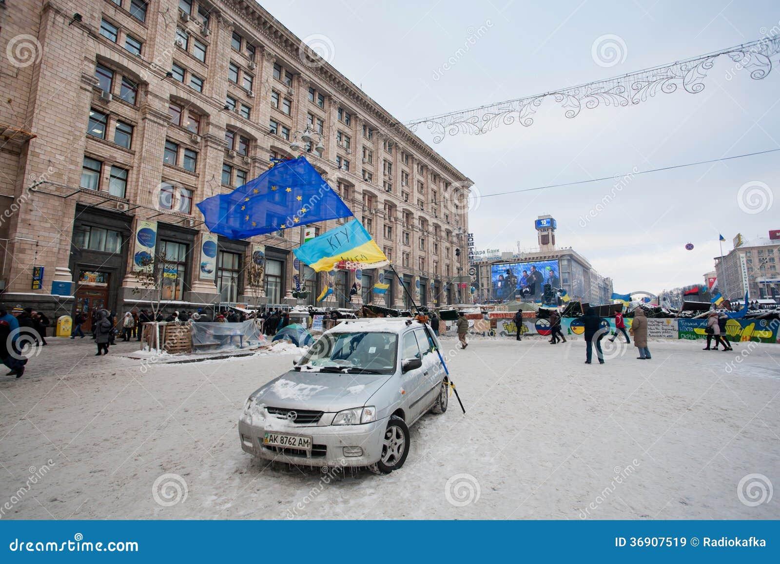 KIJÓW, UKRAINA: Jeden samochód z obywatelem i UE zaznacza na pustej śnieżnej ulicie w terytorium okupowane demonstrantami