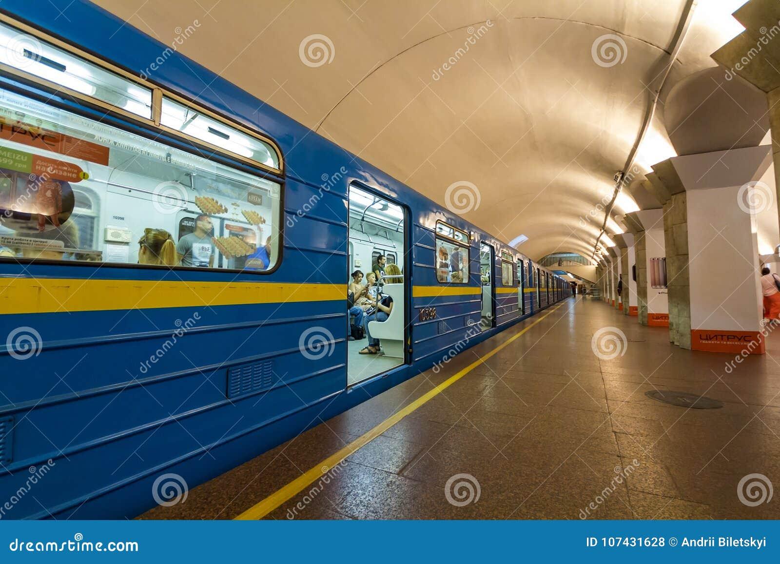 Kijów Ukraina, Październik, - 15, 2017: Podziemny (metra) metra tra