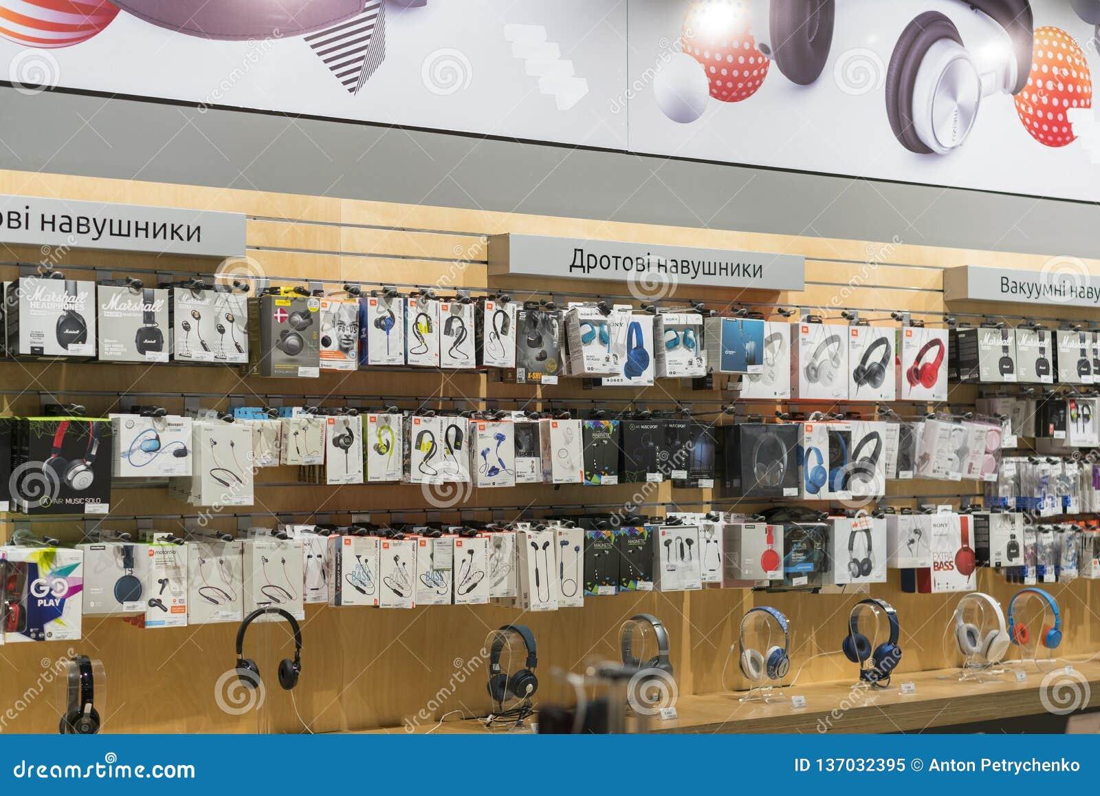 Kijów, Ukraina Stycznia 15 2019 hełmofonu sklep Nowożytni hełmofony na stojaku w centrum handlowym Różnorodni hełmofony dla sprze